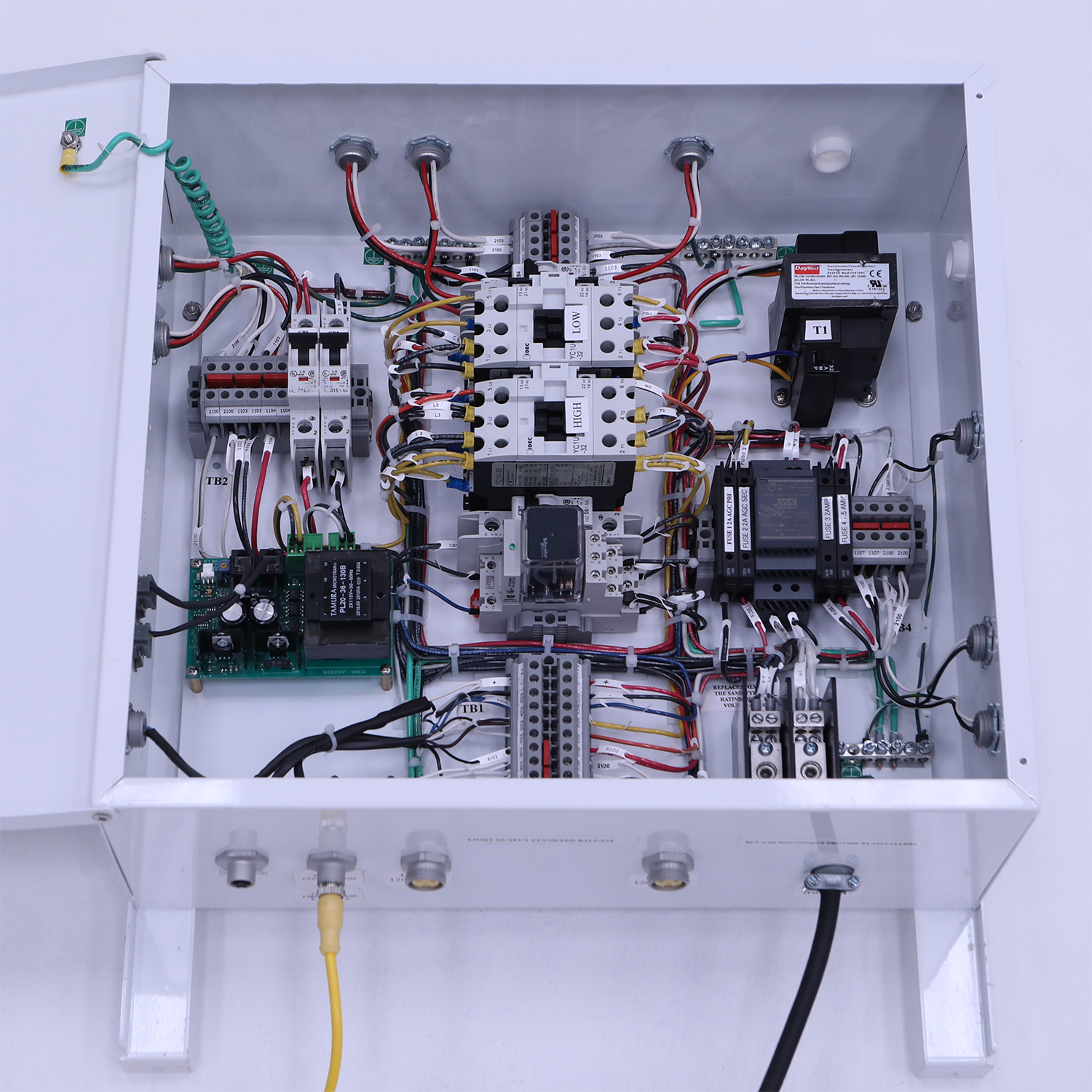 Power distribution module for modular cleanroom
